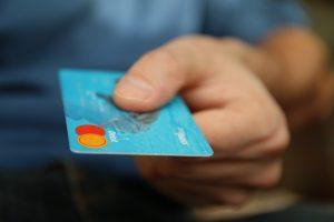 Imagen de persona pagando con tarjeta de debito( imagen libre de uso en Internet)